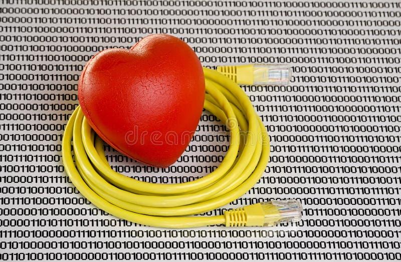 Cabo ethernet amarelo e coração vermelho no fundo branco com números imagens de stock royalty free