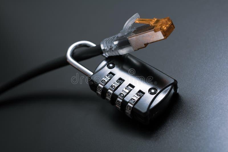 Cabo ethernet fixado por um fechamento de combinação - conceito da rede da segurança do Internet fotografia de stock