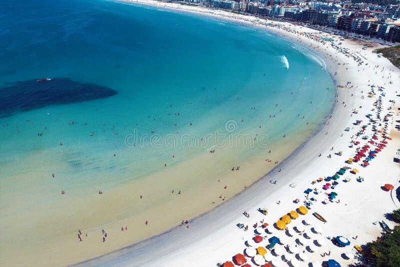Cabo Frio, Brasile: Vista aerea di una spiaggia fantastica con acqua di cristallo fotografie stock