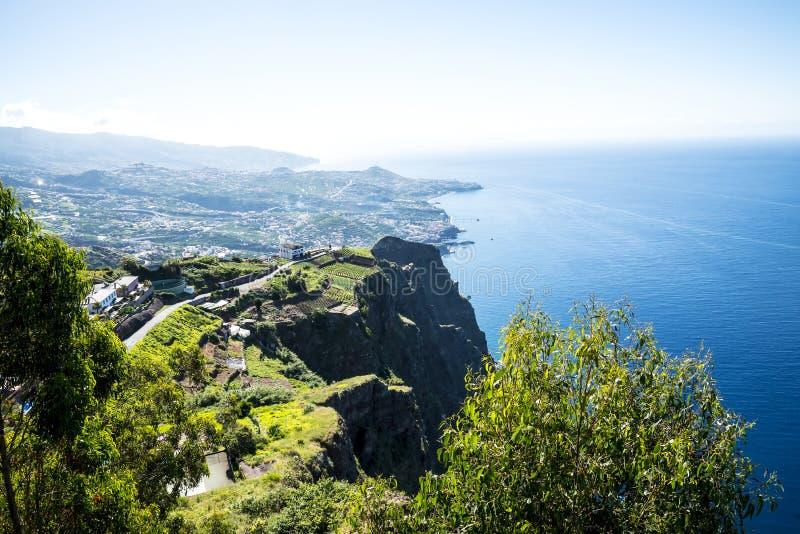Cabo Girao punkt widzenia nad Camara De Lobos jest blisko miasta Funchal i niektóre wysokie falezy w świacie obrazy stock