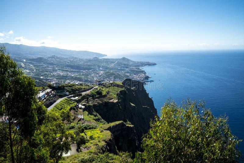 Cabo Girao punkt widzenia nad Camara De Lobos jest blisko miasta Funchal i niektóre wysokie falezy w świacie fotografia stock