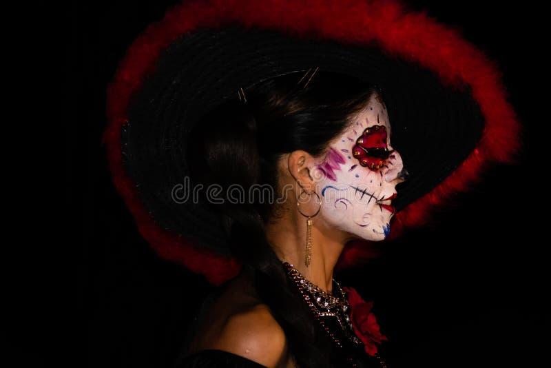 Cabo San Lucas, México - 2019 Retrato de jovem mulher desconhecida com composição do crânio do açúcar Diâmetro De Los Muertos Dia imagens de stock