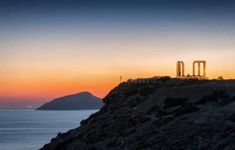 Cabo Sounion e o templo de Poseidon no Attica, Grécia foto de stock