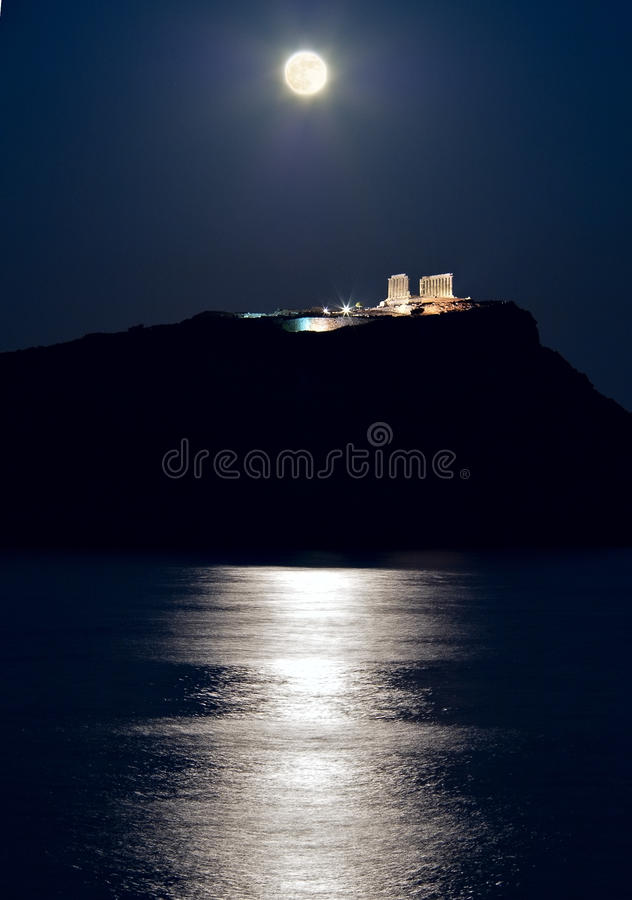 Cabo Sounion, el templo de Poseidon, Atica, Grecia, claro de luna foto de archivo