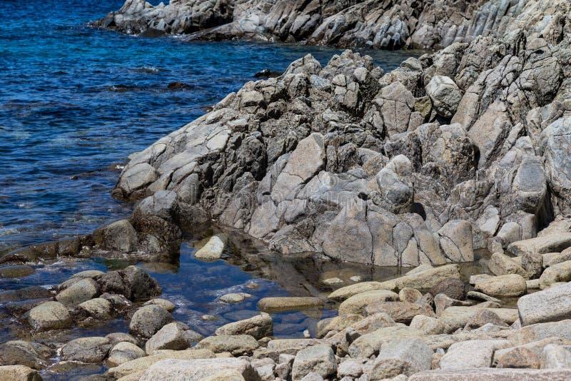 Cabo Stolbchaty Cabo en la costa oeste de la isla de Kunashi imagen de archivo