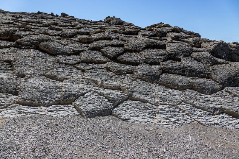 Cabo Stolbchaty Cabo en la costa oeste de la isla de Kunashi imagenes de archivo
