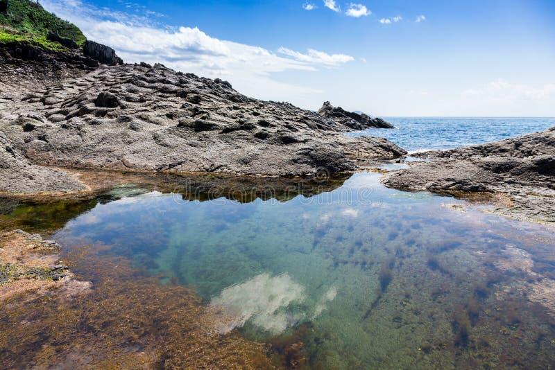 Cabo Stolbchaty Cabo na costa oeste da ilha de Kunashi foto de stock