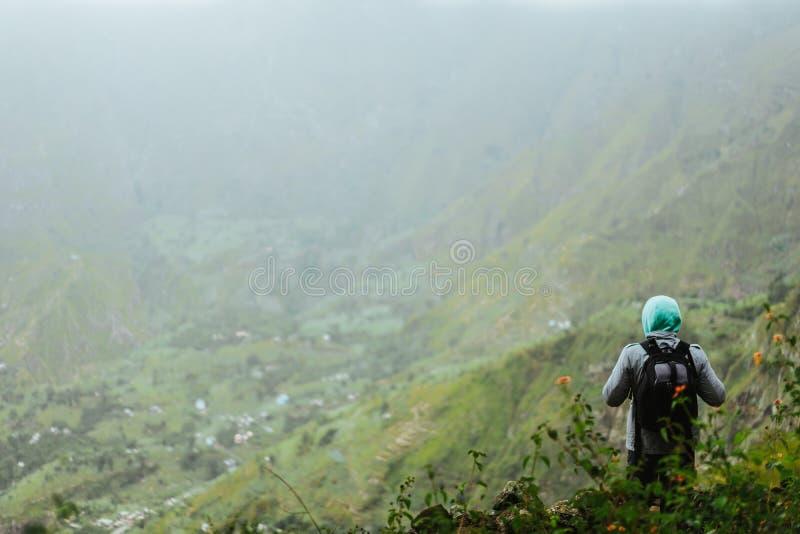 Cabo Verde Momento tranquilo El turista con la mochila está pasando por alto el valle Paisaje rural con el canto de la montaña en fotos de archivo libres de regalías