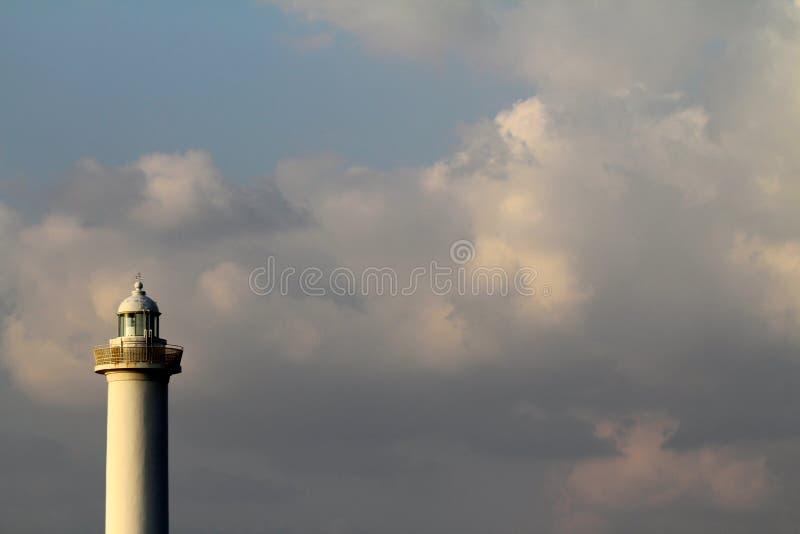 Cabo Zampa do farol, vila de Yomitan, Okinawa Japan no por do sol imagens de stock royalty free