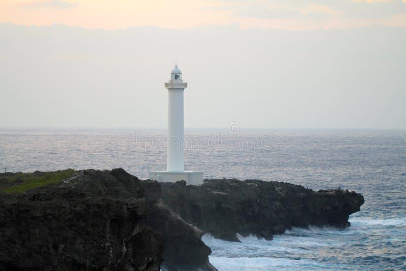 Cabo Zampa do farol, vila de Yomitan, Okinawa Japan no por do sol foto de stock