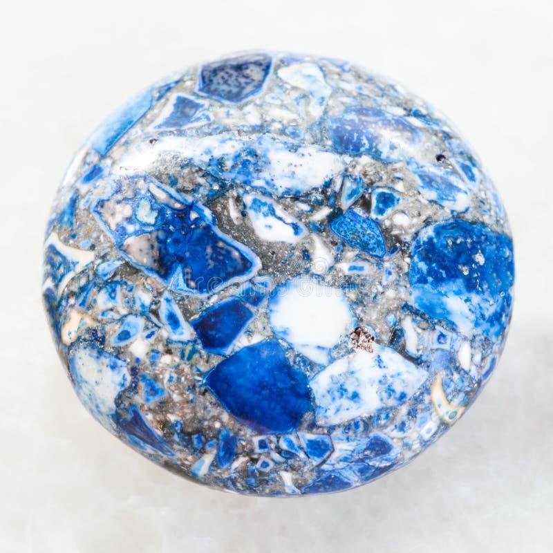 cabochon van gedrukte Lazurite-steen op wit royalty-vrije stock fotografie