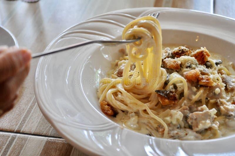 Cabonara delizioso degli spaghetti sulla tavola di legno fotografia stock libera da diritti