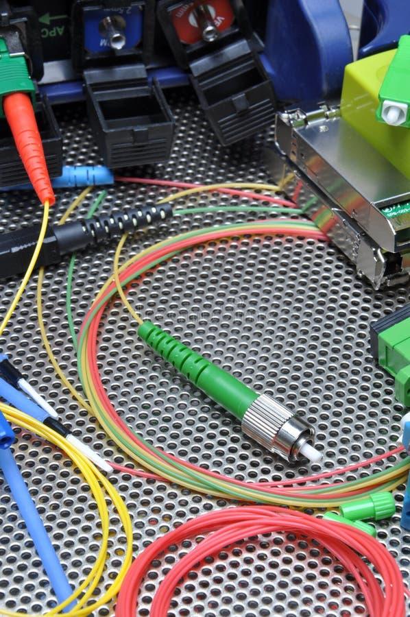 Cabos óticos da fibra, limpeza e jogo dos testes imagem de stock