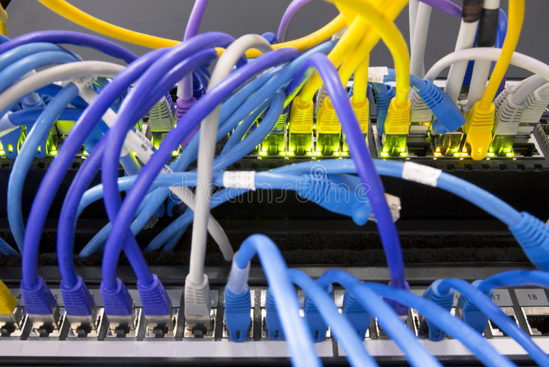 Cabos da rede conectados ao servidor fotos de stock royalty free