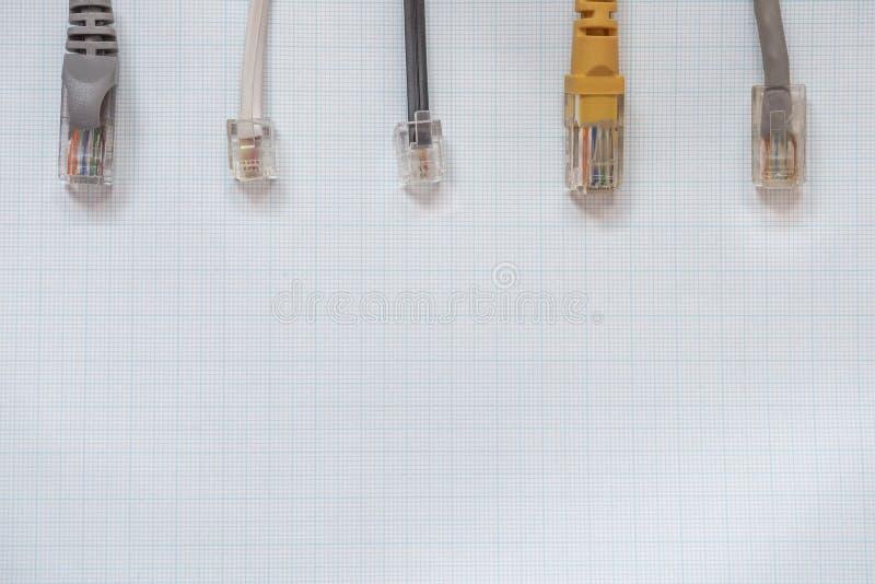 Cabos da rede para a conexão em um fundo do milímetro imagens de stock