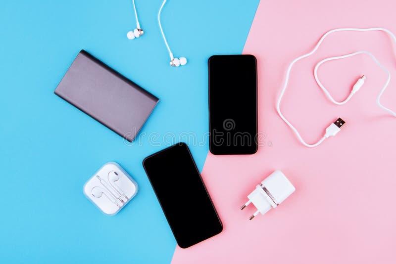 Cabos de carregamento de USB para o smartphone e a tabuleta fotografia de stock royalty free