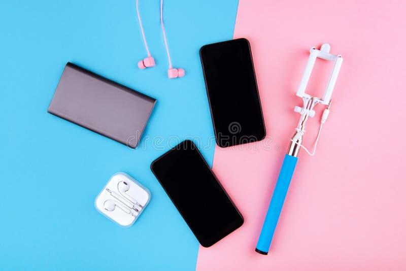 Cabos de carregamento de USB para o smartphone e a tabuleta fotografia de stock