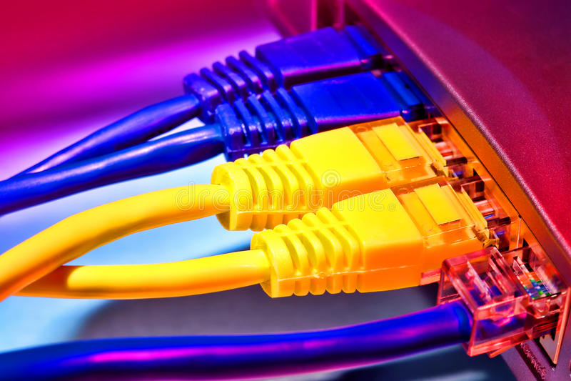 Cabos de faixa larga da rede informática do Ethernet do router fotografia de stock