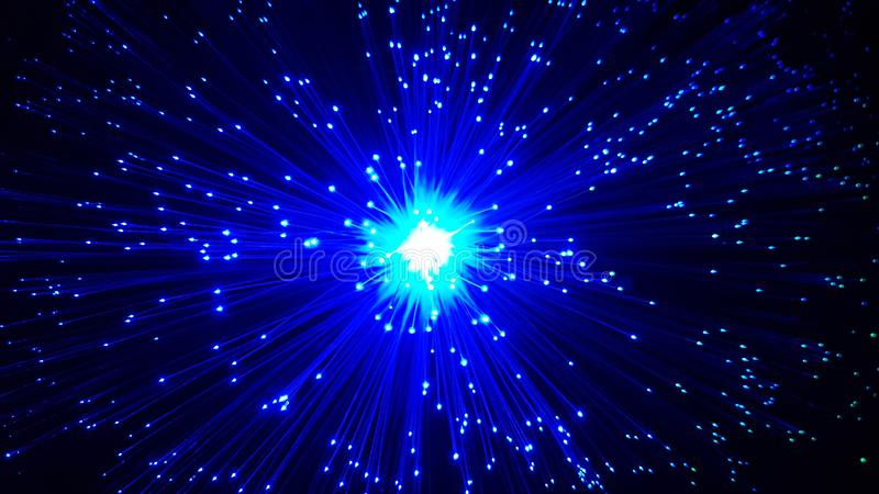 Cabos de fibra ótica azuis com pontas de brilho fotos de stock royalty free
