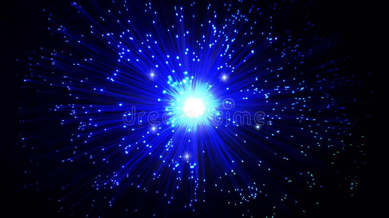 Cabos de fibra ?tica azuis com pontas de brilho imagens de stock