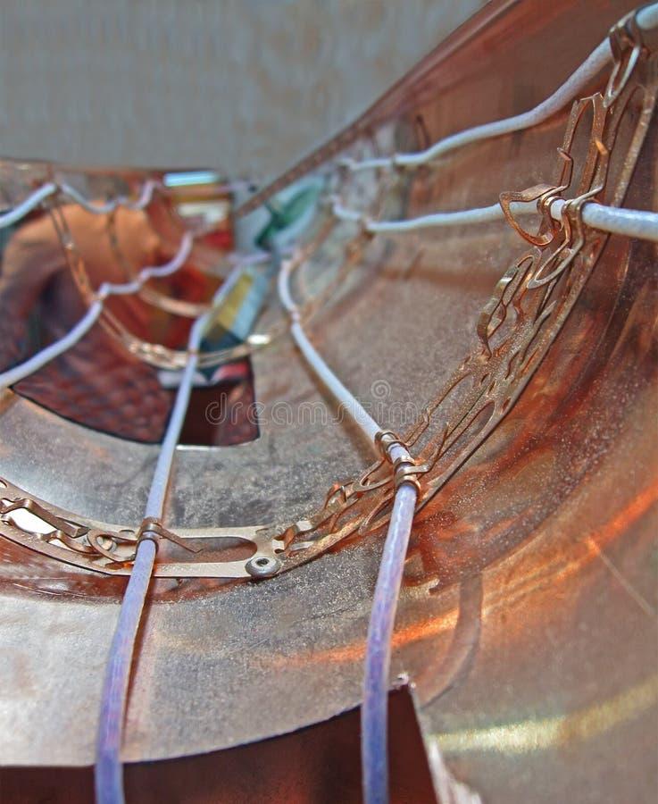 Cabos distribuidores de corrente abstratos dentro da tubulação de cobre, imagens de stock