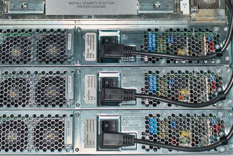 Cabos distribuidores de corrente conectados roteador, vista traseira imagens de stock
