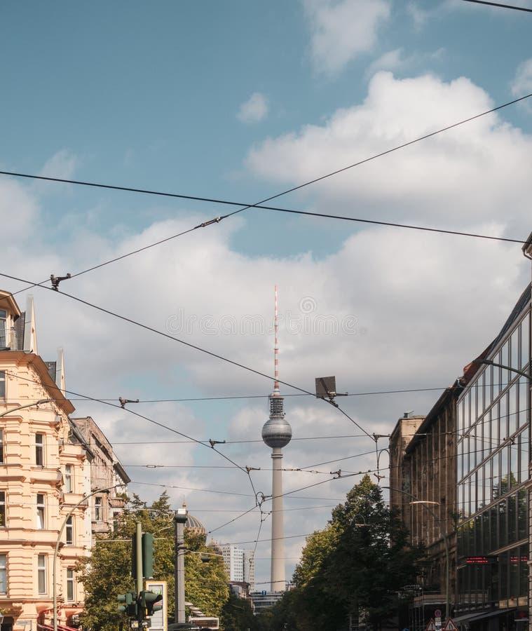 Cabos do bonde e torre da tevê em Berlim imagens de stock