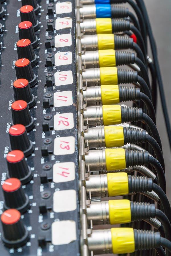Cabos e conectores audio no equipamento do estúdio imagens de stock