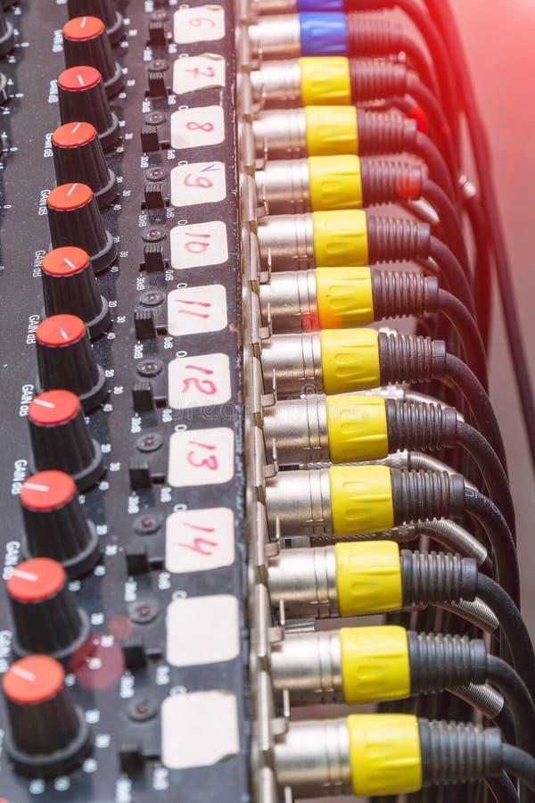 Cabos e conectores audio no equipamento do estúdio fotos de stock