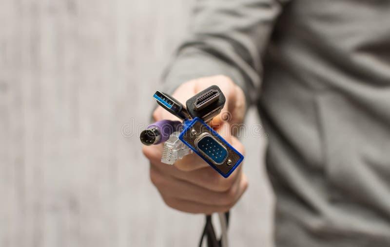 Cabos e conectores diferentes para conectar a um computador foto de stock