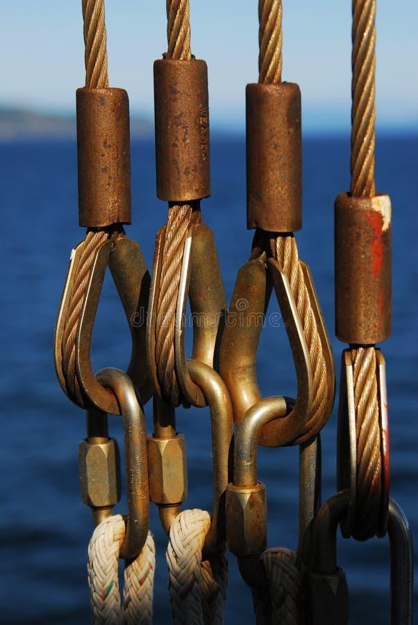 Cabos e cordas da segurança na balsa imagens de stock royalty free
