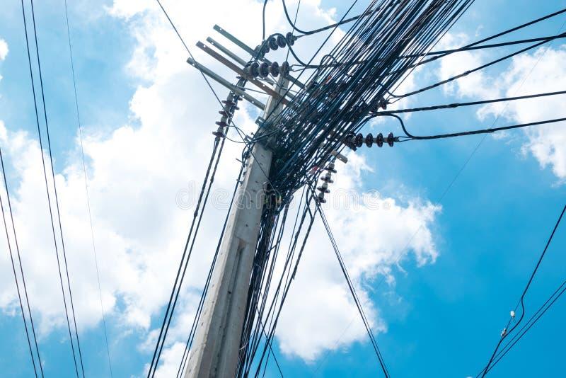Cabos elétricos desarrumados em Tailândia - muitas linhas de grupo caótico dos cabos de ar livre fora entrelaçado, de fibra ótica fotos de stock