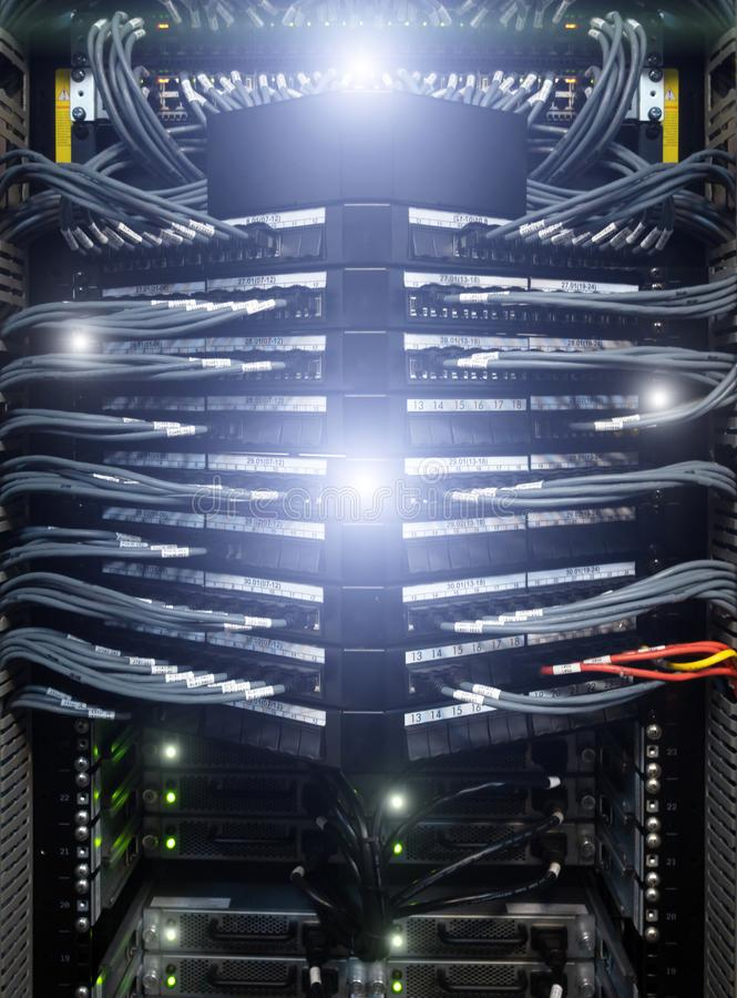 Cabos grandes da rede conectados para comutar - o close up do hardware do centro de dados fotos de stock royalty free