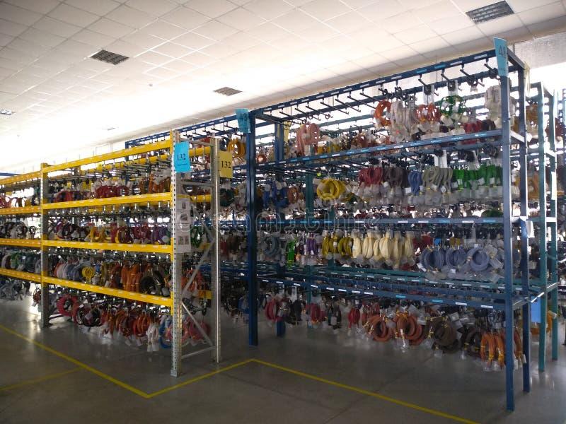 Cabos vermelhos e azuis, branco, cabos do verde amarelo e condutores no armazém fotos de stock royalty free
