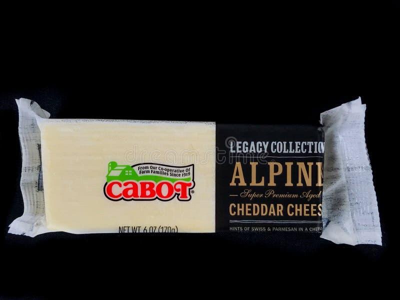 Cabot高山超级保险费年迈的切达干酪块  免版税库存照片