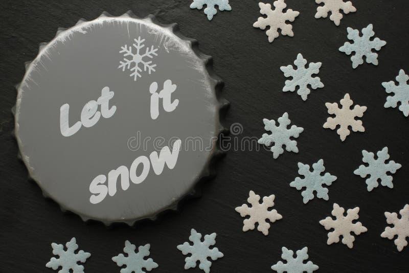 Caboteur de bière avec l'inscription et le Sugar Snowflakes dans blanc et bleu sur le fond noir images libres de droits