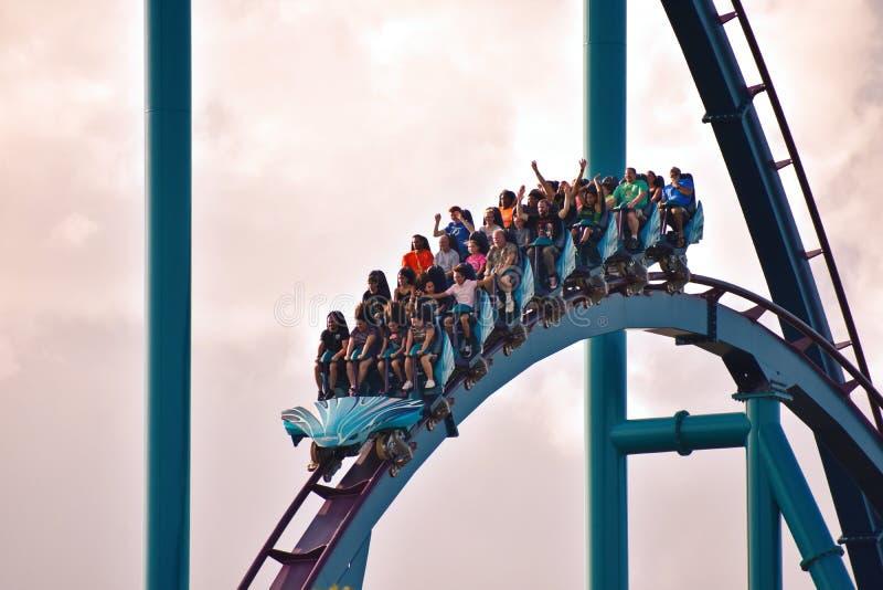 Caboteur stupéfiant de Mako Roller Coaster Roller avec les cavaliers drôles, au parc à thème de Seaworld image libre de droits