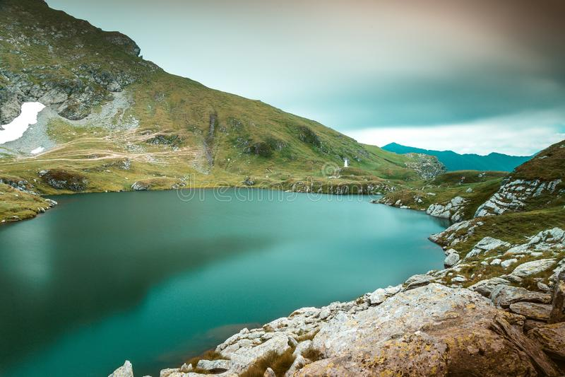 Cabra do lago, lago glacial acima do lago Balea em Transfagarasan em Romênia foto de stock