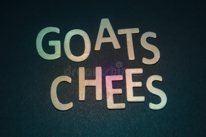 Cabras Chees escrito con las letras de madera coloridas en un backg azul foto de archivo libre de regalías