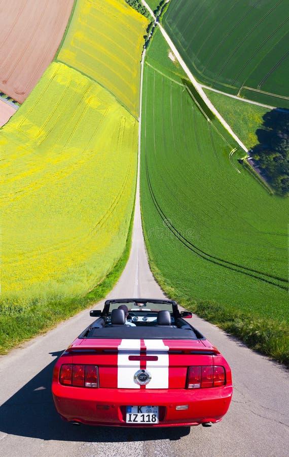 Cabrio vor Feldern Droneception royaltyfri fotografi