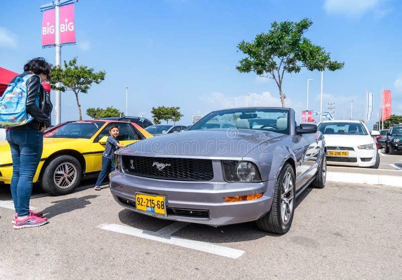 Cabriolé de Ford Mustang en la exposición de coches viejos en el estacionamiento cerca del centro comercial grande de Regba fotos de archivo