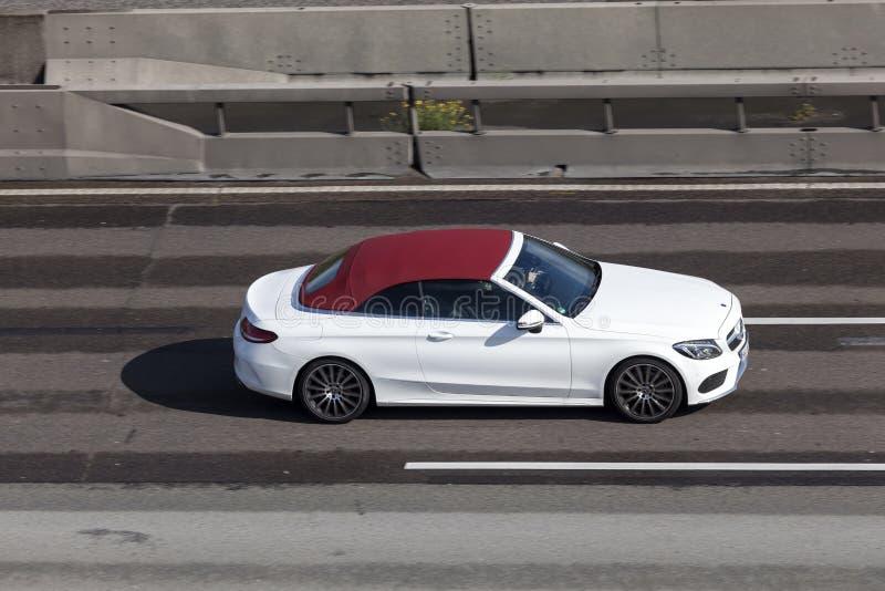 Cabriolet classe c di Mercedes Benz sulla strada principale fotografie stock libere da diritti