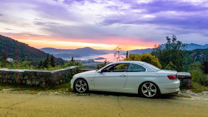 Cabriolet parkeerde de convertibele open tweepersoonsauto op de straat met zonsondergang op de achtergrond stock illustratie