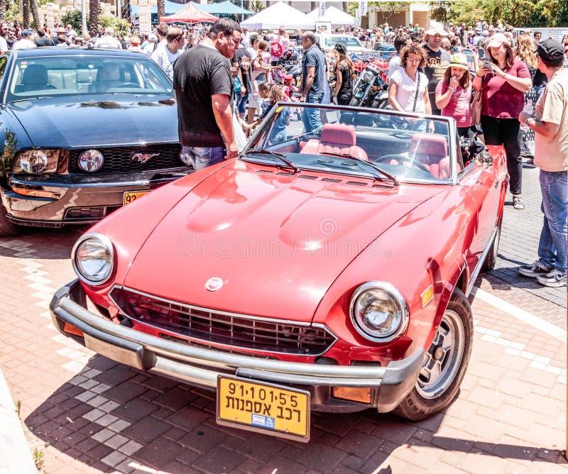 Cabriolet velho de Fiat dos esportes em uma exposição de carros velhos na cidade de Karmiel fotos de stock royalty free