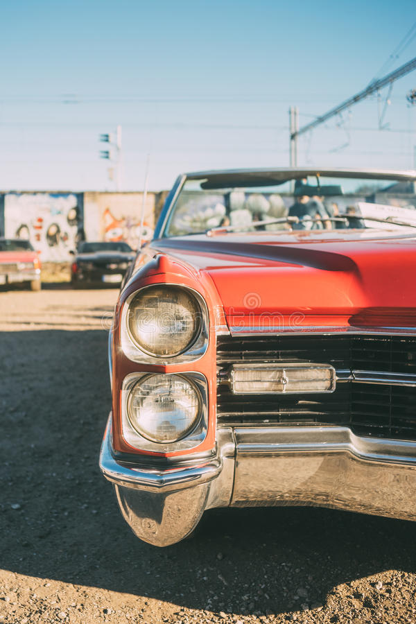 Cabriolet vermelho do americano do vintage foto de stock