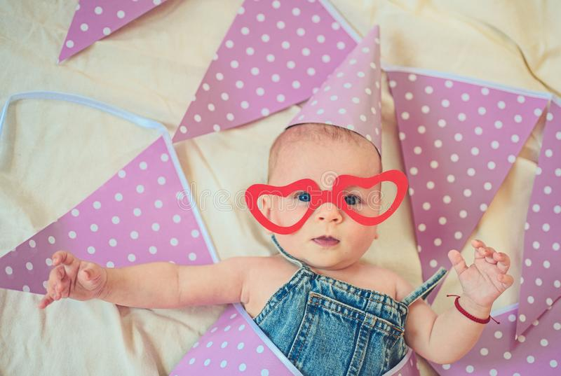 Cabrito activo Pequeño bebé dulce Nuevos vida y nacimiento Retrato del pequeño niño feliz Pequeña muchacha Feliz cumpleaños Niñez imagenes de archivo