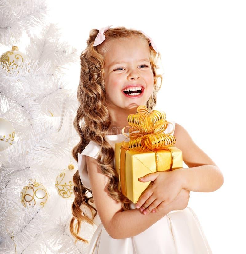 Cabrito con el rectángulo de regalo de la Navidad. imagenes de archivo
