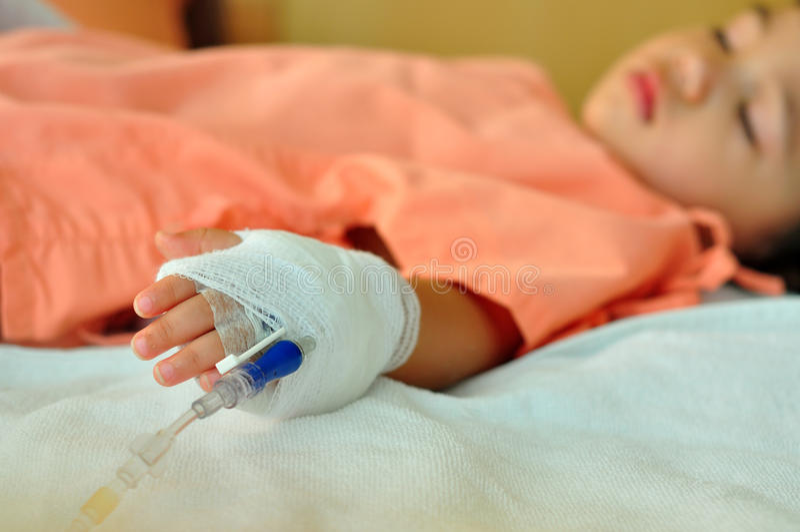 Cabrito enfermo sleepling en hospital foto de archivo
