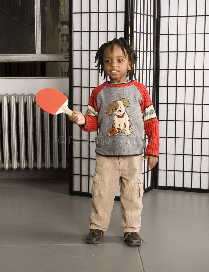 Cabrito que juega el palo y la bola imágenes de archivo libres de regalías