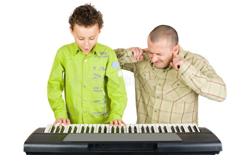 Cabrito que juega el piano gravemente foto de archivo